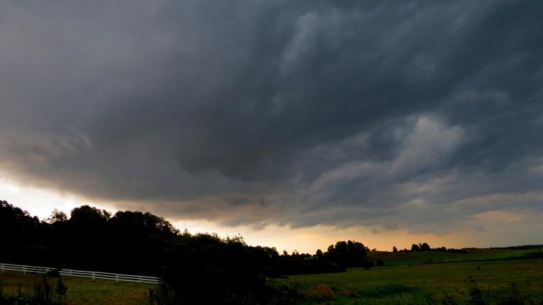 Pērkona spērienu nebija pārāk daudz, arī vējš vētras spēku nesasniedza, tā kā ceru, ka pie mums bez postījumiem.