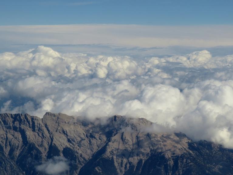 Mākoņi virs Antālijas debesīm (foto caur lidmašīnas iluminatoru).