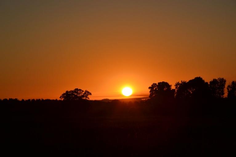 Un rekur arī pats otrdienas - 18. jūnija saulriets. Pēc tā kļuva ļoti auksts. Kā nekā naktī pēc šī saulrieta vietām Latvijā bija pēdējās pavasara salnas šogad... (Ilūkstes novads)
