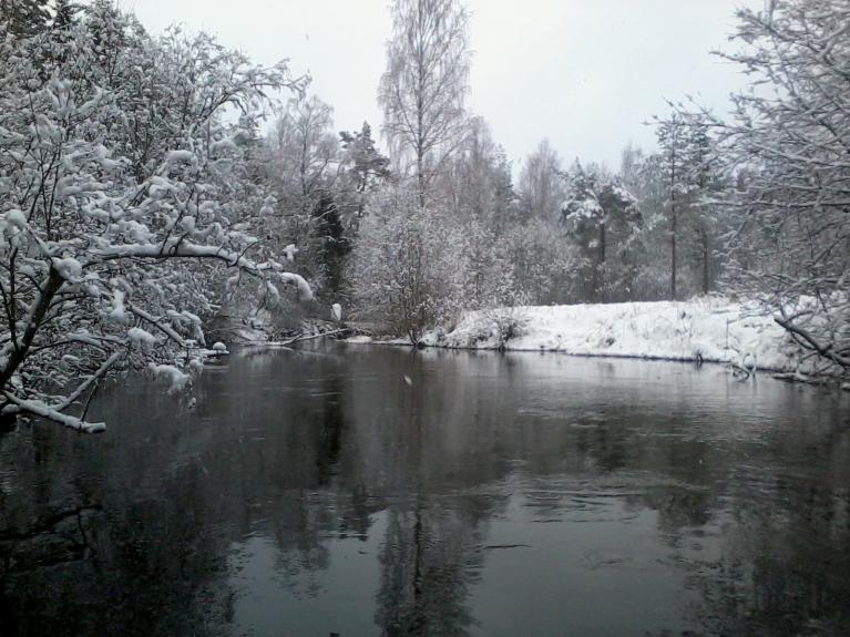 Vaidavas piesnigušie krasti, dienā neliela slapja sniega snigšana turpinās.