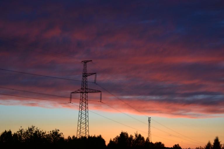 """Tikmēr ziemeļrietumu pamalē saule pēc saulrieta vēl ilgi """"izkrāso"""" mākoņus."""
