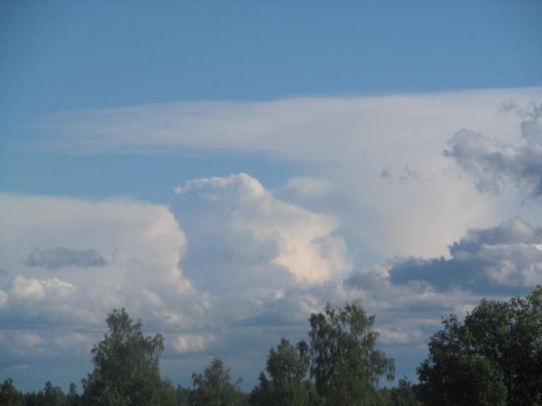 Jāņi šogad sanāca pavisam vēsi, gaisa temperatūra šajās dienās bija tāda, kā parasti ir oktobrī. Arī lietus nepietrūka. Un 24.6.14. Zantē iekadrēti daži labi cb mākoņi.