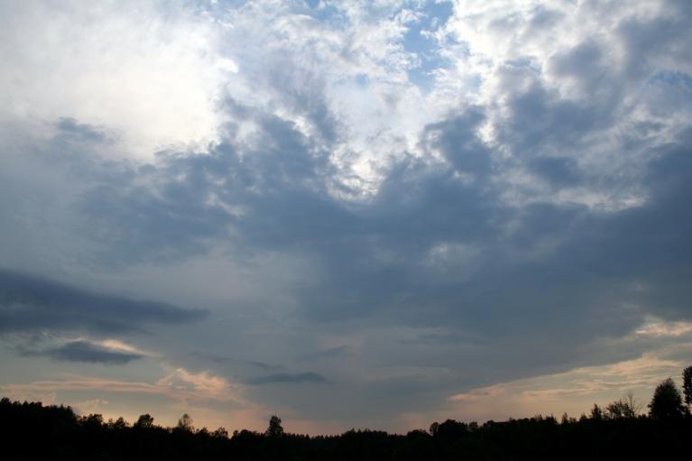 Autors: muntis. Vecpiebalga, 06.07.2012. Negaiss brieda, bet nenobrieda. Mākonis izskatās pēc lielas piltuves.