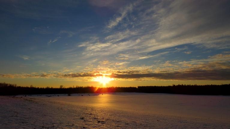 Diena sliecas uz vakarpusi, sniega virskārta saulē kūst.