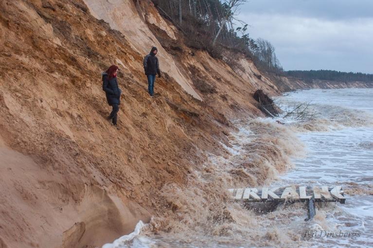 Vētras noskalotais stāvkrasts un Jūrkalnes zīme. Jūrkalne, 11. janvāris.