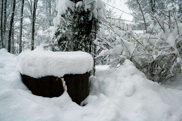 Uz šī akas vāka ir 35 cm bieza sniega sega.
