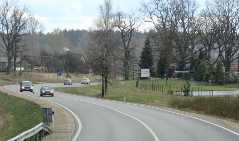 10. maijs ap pieciem pēcpusdienā, Pleskavas šoseja (kaut kur Cēsu rajonā), ik pa laikam nosnieg pa sniega pārslai.