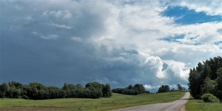 Šitas ir 20.06. aizejošais Alūksnes negaiss, kas Alūksnē ap trijiem dienā kārtīgi nogāza. Bildēts netālu no Alūksnes. Ceļš Alūksne - Litene.