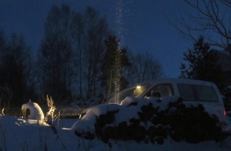6. janvāra rīts, -23,5, no gandrīz neredzamiem mākoņiem birdinās sniegpārsliņas, gaismas avotu tuvumā veidojot skaistus gaismas stabus.