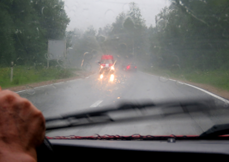Lietus atsākas pēc divpadsmitiem dienā. Pie Siguldas novada robežas uz Pleskavas šosejas gāz tā, ka grūti ceļu redzēt.