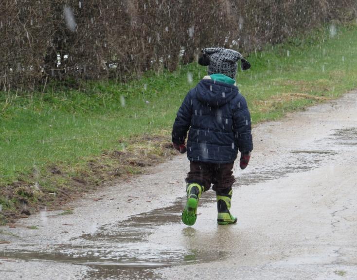 Sniegs pamanās iespraukties starp lietu pat pēdējā mēneša dienā, cimdi, cepures un siltās jakas vēl joprojām ir apritē.