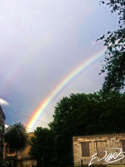 Pēc lietusgāzēm bija iespēja pavērot uz varavīksni