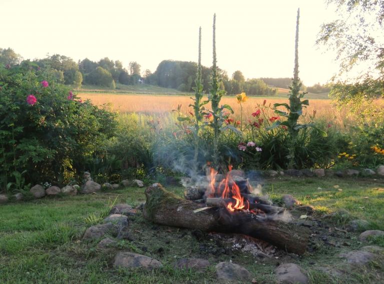 Sagaidīti siltie vakari, kad  var pasēdēt pie ugunskura un pabaudīt dabu.