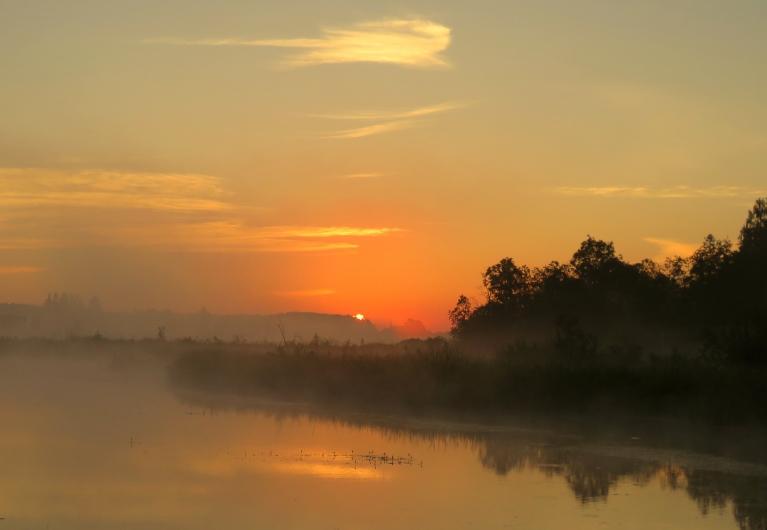 Caur skaistu piezemes migliņu parādās pirmie saules stari.