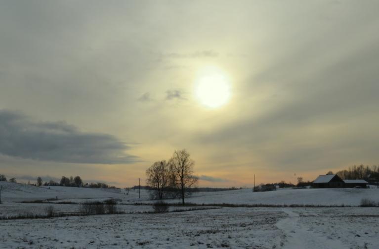 5. decembra agra pēcpusdiena, caur dūmakainām debesīm mēģina spīdēt saulīte.