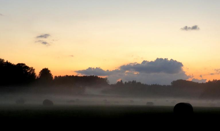 16. septembra vakars, pēc lietus vakars skaidrojas un parādās piezemes migla.