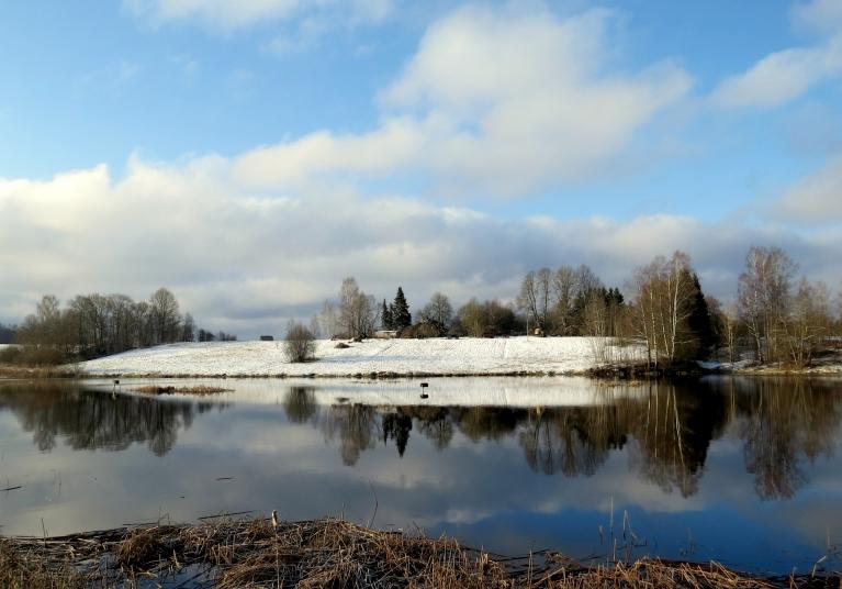 Ansīšgravā pie Siguldas sniegs dīķa ēnas pusē vēl nav nokusis.