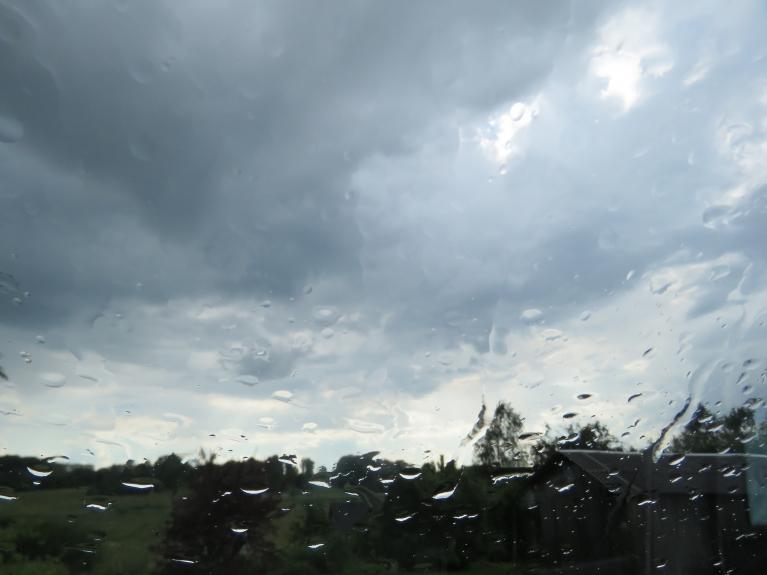 Pusdienlaikā lietus klāt, tas līdz vakaram atnes 40 mm nokrišņu.