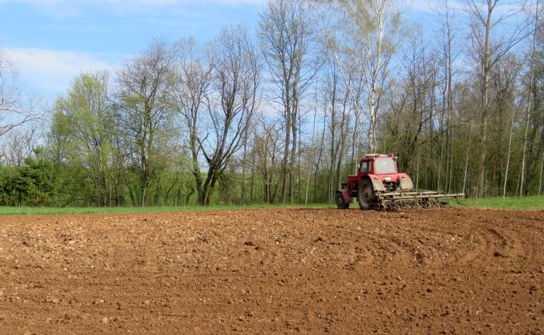 Svētdienas rītā ilgi gaidītā traktortehnika piemājas dārziņā sagaidīta!
