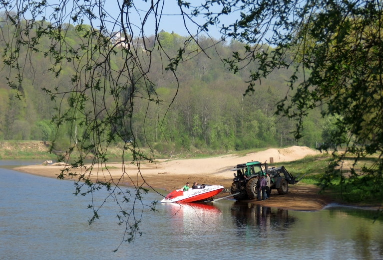 Peldvietā pie Gaujas glābēji gatavojas peldēšanas sezonas atkāšanai.