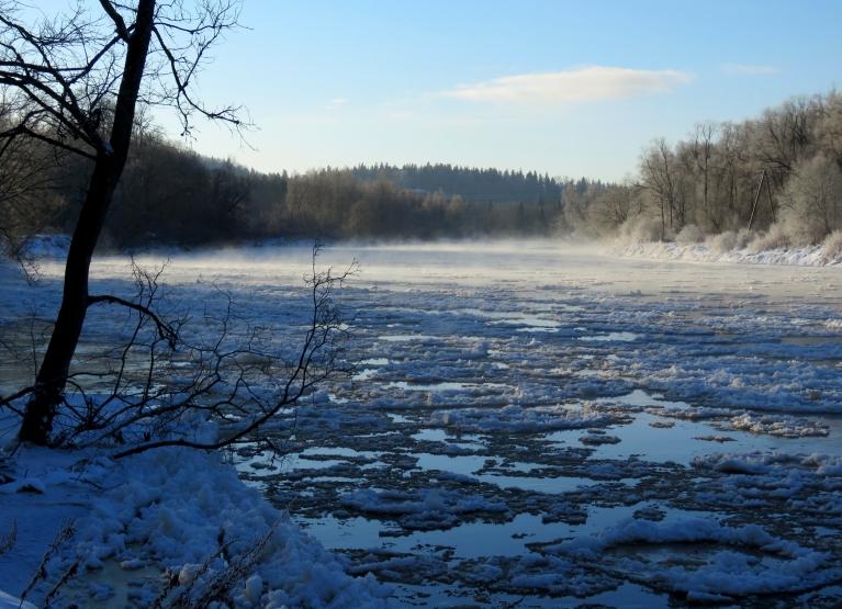 Ledus gabali beržas gar krastu čīkstot un izdodot vēl dažādas skaņas.