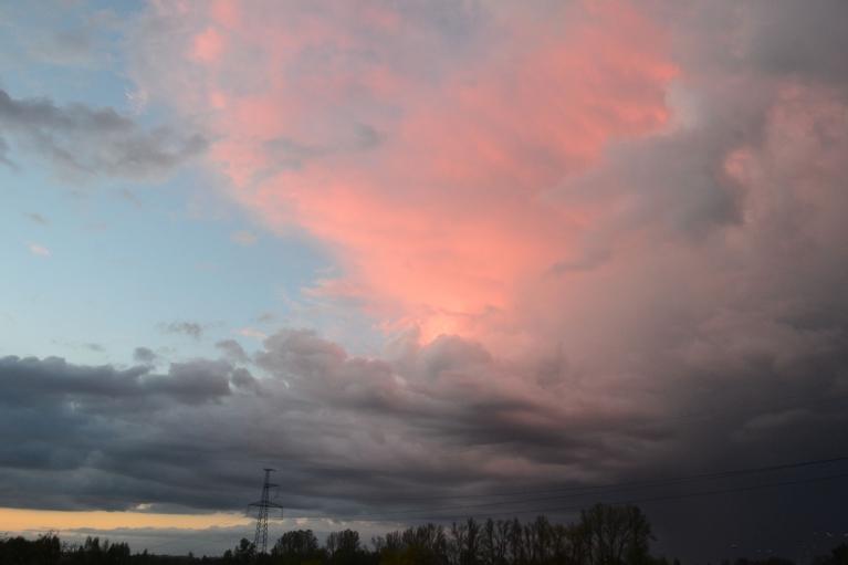 Un atgādina negaisu.