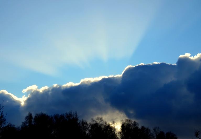 8. decembra dienas vidus, apkārtklejojošie sniega mākoņi un skaisti saulstari.