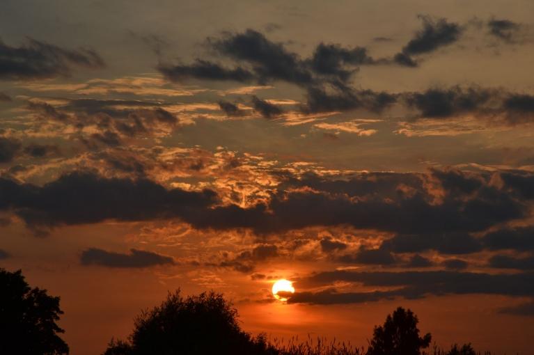 21. jūnija saulriets. Līdz ar to atkal aizsākās karstāka laika periods, kas palīdzēja jūnijam kļūt par otro siltāko novērojumu vēsturē.