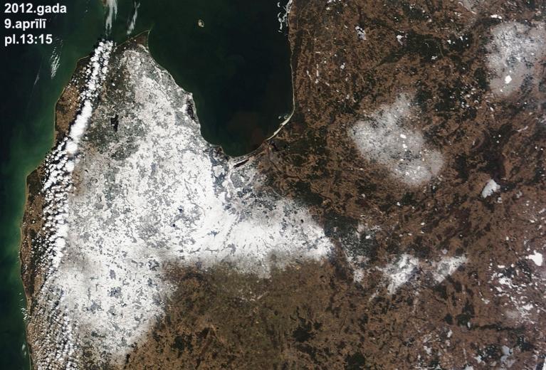 Otro Lieldienu sniega sega lielā daļā Kurzemes un Zemgales, nedaudz sniega ir arī Alūksnes un Vidzemes augstienē. (NASA)