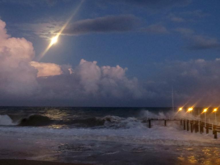 """17. oktobra vakars - pēc vētras jūra lēnām nomierinās. Dienā fotogrāfētās vētras bildes izrādījās sliktas kvalitātes, jo objektīvu visu laiku """"sita ciet"""" no jūras atpūstās sāļās ūdens pilītes, ar ko bija piesātināts gaiss. Arī rokas, seja u…"""