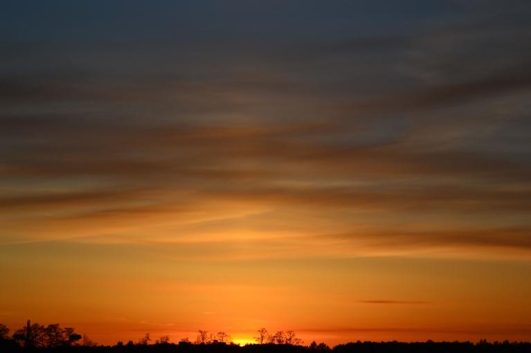Saulrieta debesis pirms aukstās frontes tovakar izskatās kā ar akvareli gleznotas.