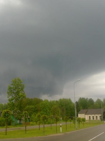 Autors: Normunds Negaiss. Sienas mākonis, Ludzas apkārtne, 16.05. 16. maijā Latgales pusē novēroju iespaidīgus negaisus. Sākumā ap 17 negaisu josla redzama austrumu virzienā, tā lēnām virzās uz ZR. Joslas dienvidu galā esošā šūna aug ļoti strauji, a…