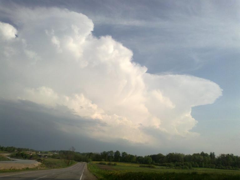 Autors: Normunds Negaiss. Negaisu fronte uz A no Ludzas, 16.05. 16. maijā Latgales pusē novēroju iespaidīgus negaisus. Sākumā ap 17 negaisu josla redzama austrumu virzienā, tā lēnām virzās uz ZR. Joslas dienvidu galā esošā šūna aug ļoti strauji, atg…