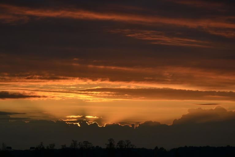 Savukārt saule 20 minūtes pirms saulrieta iebrien cb gubām līdzīgos mākoņos...