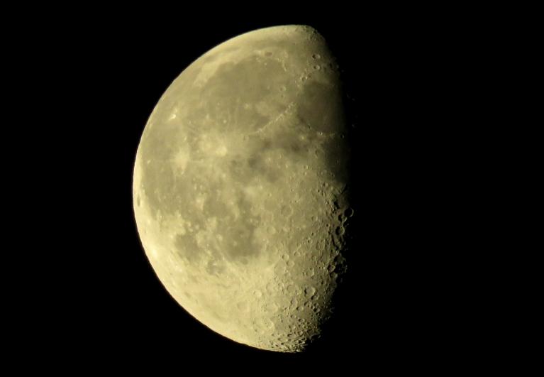 7. janvāra rīts, mēness, kā nedaudz apgrauzts siera ripulis karājas virs galvas.