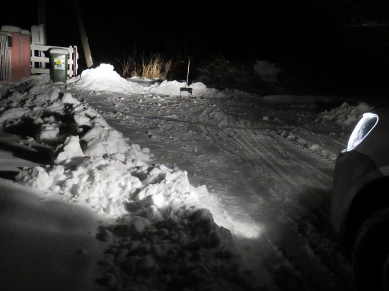24. janvāra vakars, putenis norimis, jāpastrādā ar sniega lāpstu.
