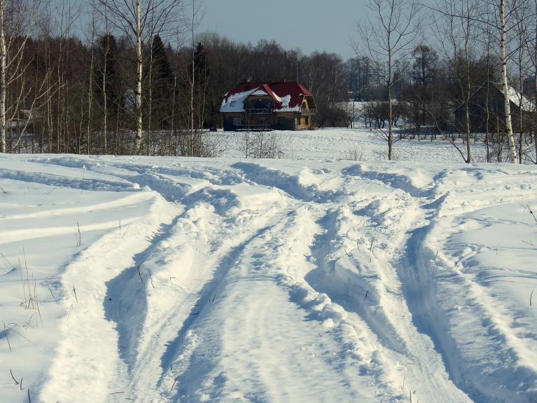 Sniega mūsu pusē pietiekami, bez jaudīgākas tehnikas netīrītā ceļā neiebrauksi.