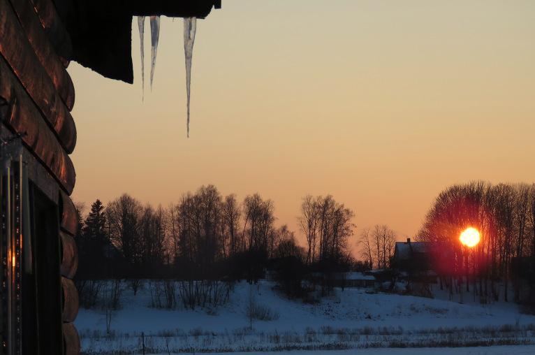 Pirms četrām dienām saule rietēja pa kreisi no pārupes mājas, nu jau saulriets pavirzījies stipri uz labo pusi.