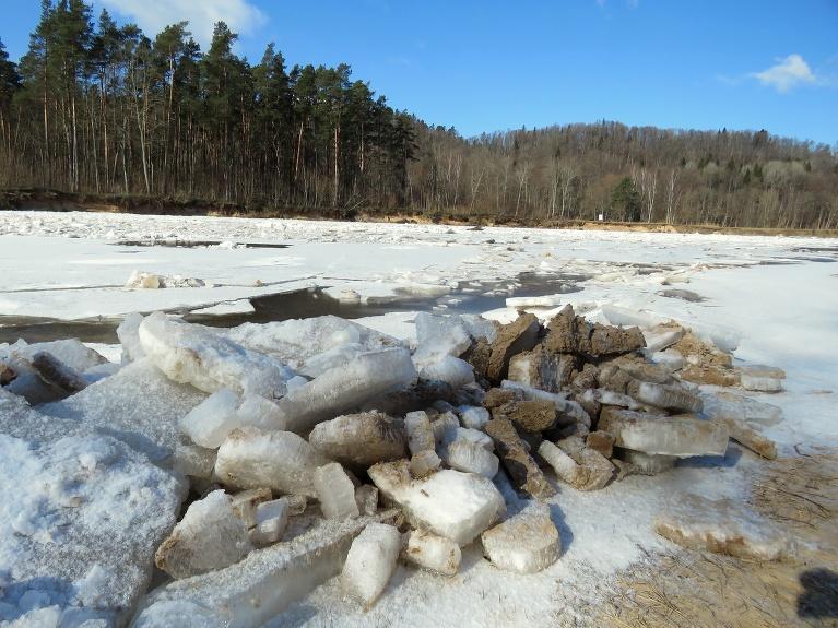 Pāris simtu metru tālāk uz lejteces pusi sākas ledus gabalu drūzmēšanās.