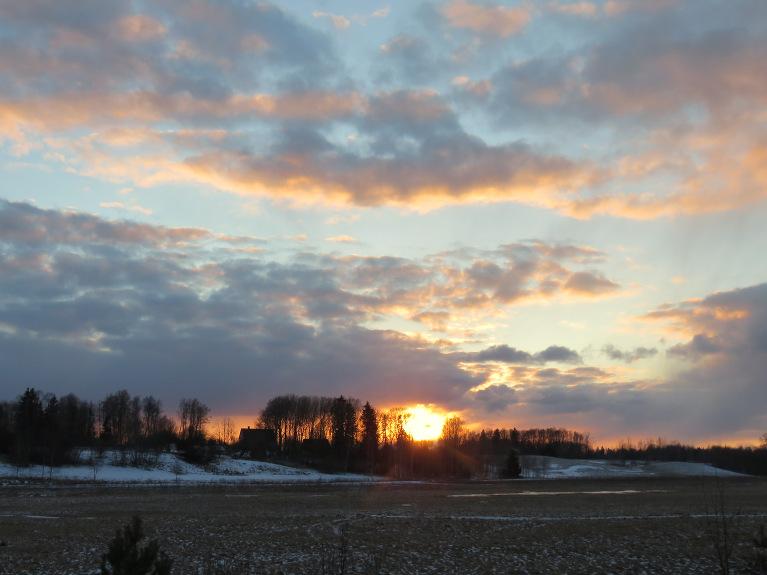 15. marta saulriets. Pirms trim nedēļām saule rietēja pirms mājas, skatoties uz horizontu, jūtos kā seno laiku cilvēki, kas pēc saules lēkta un rieta vietas noteica gadalaiku iestāšanos.
