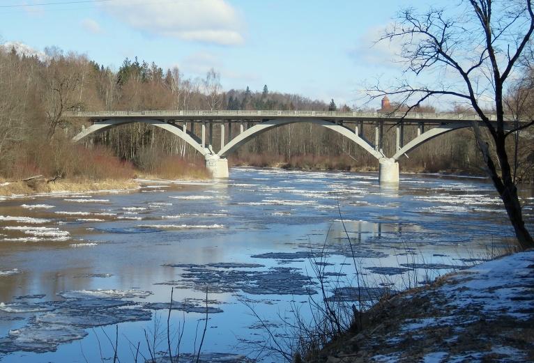 Gaujā pie Siguldas tilta vēl var redzēt ledus iešanu.