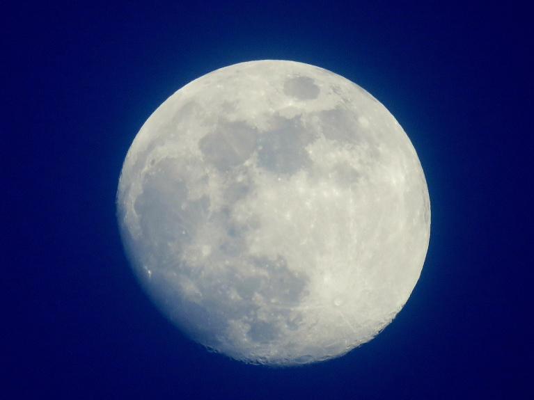 un gandrīz pilns mēness