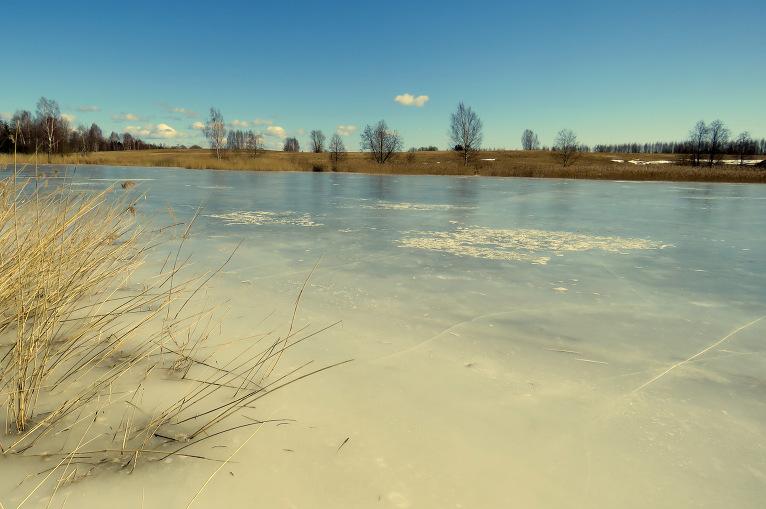 28. marta dienas vidus, pēc aukstās nakts saulē ledus silst un dobji krakšķ.