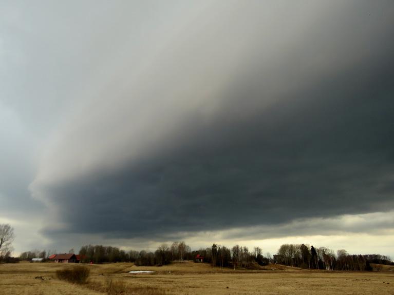 5. aprīlis - tuvojas pirmais šā gada negaiss.
