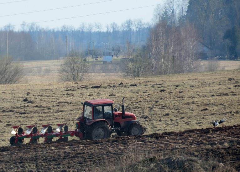 Augstākās vietas jau apžuvušas, sākas lauku apstrāde.