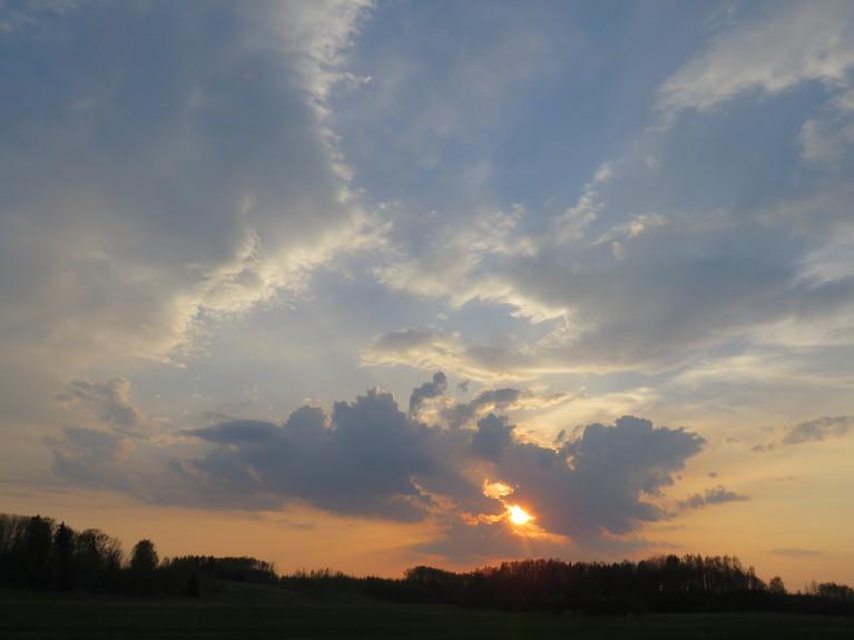30. aprīļa vakars, tuvojas negaisu fronte.
