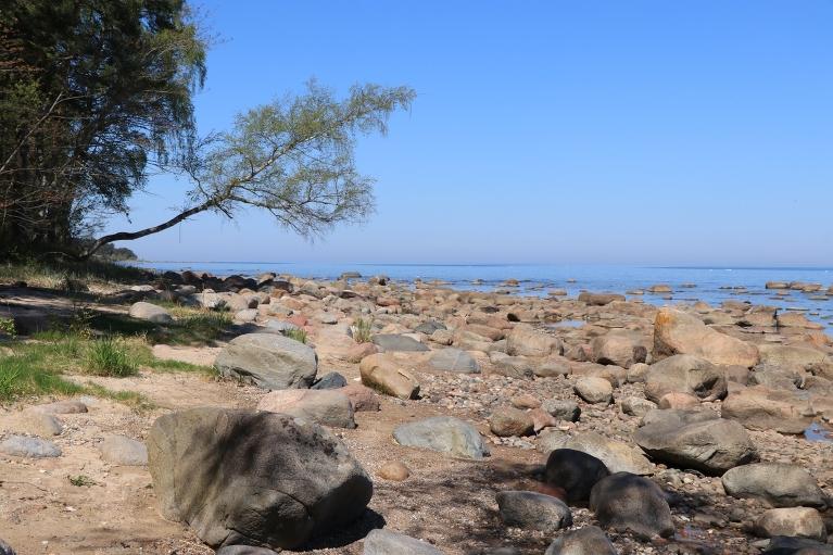 Dažus desmitus kilometrus tālāk nonākam lēzenā, taču ļoti akmeņainā jūras krastā
