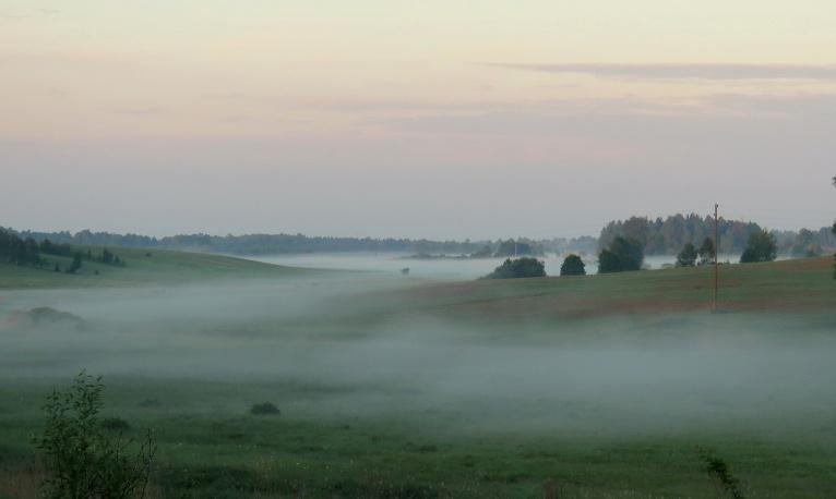 23. maija rīts, drīz lēks saule, ir neliela piezemes migliņa.