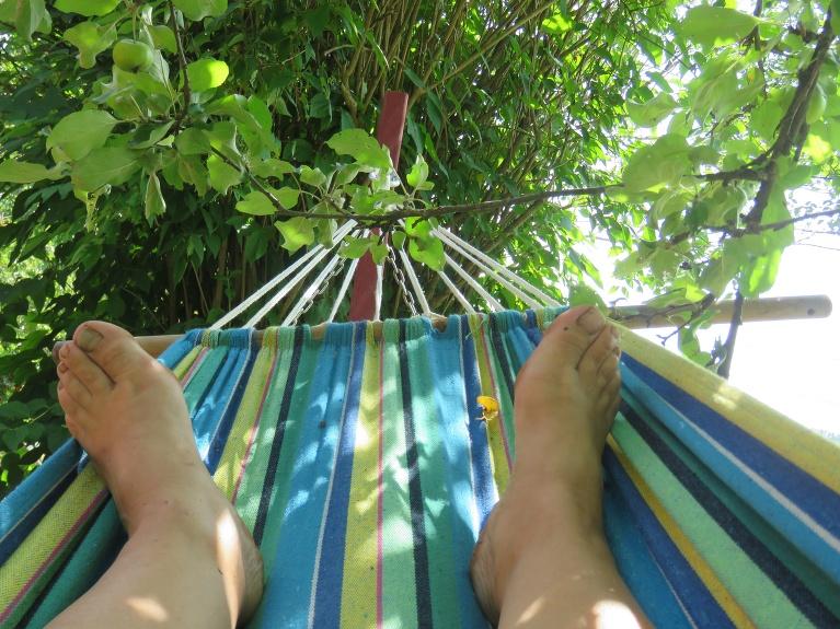 Pastrādāt grūti, kājas pašas mani nes uz šūpuļtīklu ābeles ēnā,