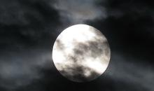 Mēness aptumsuma mirkli.